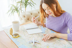 Отключение летних каникулов планирования молодой женщины с картой Стоковая Фотография