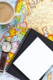 Отключение каникул планирования с картой Взгляд сверху Указывать к Европе Стоковые Фото