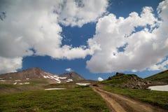 Отключение к вулкану Mutnovsky, Камчатке Стоковая Фотография RF