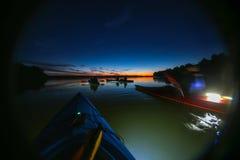 Отключение ночи с каяками стоковое изображение rf