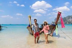 Отключение перемещения каникул моря океана шлюпки Таиланда длинного хвоста молодых пар туристское стоковое изображение rf