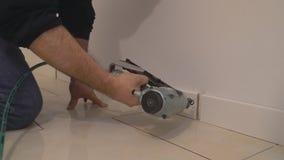 Отливая в форму человек nailer финиша датчика воздуха отделки пригвоздил строительный подрядчика таможни сток-видео