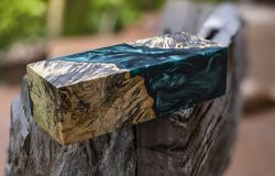 Отливка бара узелка Afzelia деревянная с эпоксидной смолой стабилизируя для пробелов стоковая фотография rf