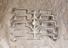 Отливка металла - свежие ручки охлаждая вниз в песке стоковые фотографии rf