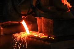 Отливка процесс производства в жидкостном материале обычно полита в прессформу стоковое фото