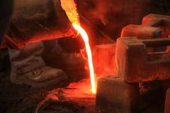 Отливка процесс производства в жидкостном материале обычно полита в прессформу стоковые фотографии rf