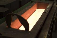 Отливка утюга расплавленного метала в прессформе металла стоковое изображение rf