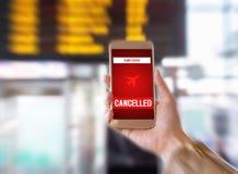 отмененный полет Применение Smartphone объявляет плохую новость к туристской забастовке или проблему с самолетом Стоковые Фото