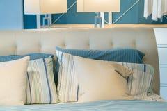 Отменянная грязная комната кровати, подушка и голубой лист, ослабляют концепцию утра Стоковое Изображение