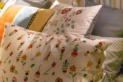 Отменянная грязная комната кровати с подушками, ослабляет концепцию утра Стоковые Изображения RF