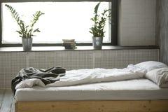 Отменянная грязная кровать в современном интерьере спальни с никто Стоковая Фотография
