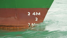 Отметка глубины на prow корабля сток-видео