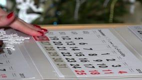 Отметка календаря бумаги нажима пальца на дни последнего в декабре в 2016 видеоматериал
