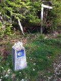 Отметка следа Camino с небольшими камнями на верхней части от проходить паломников стоковые фото