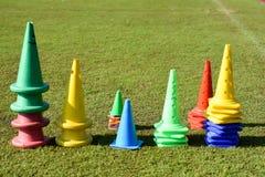 Отметки конуса на спортивной площадке зеленой травы Стоковая Фотография