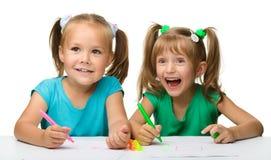 отметки 2 девушок притяжки маленькие стоковые изображения rf