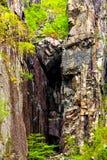 Отмелая депрессия сформированная высокими скалами Стоковая Фотография