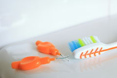 Отмелая съемка DOF зубной щетки и interdental щеток на сияющей поверхности Стоковые Фото