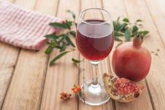 Отмелый фокус питья органического сока гранатового дерева здорового Стоковое Фото