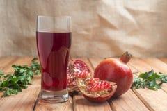 Отмелый фокус питья органического сока гранатового дерева здорового Стоковое Изображение RF