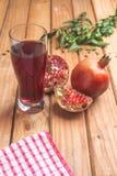 Отмелый фокус питья органического сока гранатового дерева здорового Стоковые Изображения