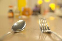 Отмелый DOF серебряных изделий на таблице Стоковые Изображения