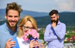 Отношения романс flirt объятий любовников внешние Концепция неверности Пары в датировка влюбленности пока ревнивый бородатый чело стоковое изображение rf