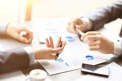 Отображайте 2 молодых бизнесмена обсуждая документ на встрече Стоковое Изображение