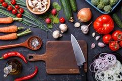 Отображайте na górze свежих овощей, грибов, разделочной доски, масла, ножа Стоковое Изображение