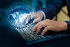 Отожмите войдите кнопку на компьютере карта мира коммуникационной сети снабжения дела посылает сообщение соединяет всемирную руку стоковое фото