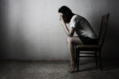 Отожмите женщину моля в темный молить в секретном conce комнаты Стоковые Фотографии RF