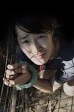 Отожмите женщину при рука связанная в клетке Стоковые Фото