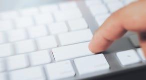 Отожмите кнопку на клавиатуре компьютера стоковая фотография