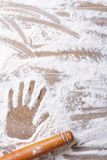 Отпечаток на женских муке ладони и вращающей оси Стоковые Изображения RF