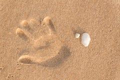 Отпечаток пальцев в песке на пляже Памяти моря Приветствия от каникул Вечер на пляже Стоковое Изображение
