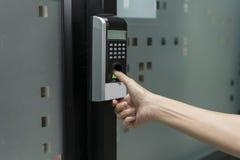 Отпечаток пальцев и контроль допуска в офисном здании стоковая фотография rf