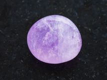 отполированный amethyst кристалл на темной предпосылке Стоковые Фото