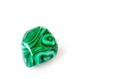 Отполированный камень малахита на белой предпосылке Стоковое Изображение RF