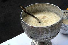 Отполированный рис в тайском шаре металла Стоковая Фотография