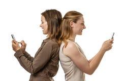 Отправка СМС женщин Стоковая Фотография