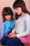 Отправка СМС маленьких девочек Стоковое Изображение RF