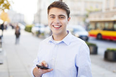 Отправка СМС молодого человека Стоковая Фотография