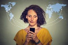 Отправка СМС расстроенной несчастной женщины говоря на телефоне раздражала с переговором Стоковое Изображение