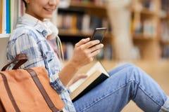 Отправляя SMS sms в библиотеке стоковое изображение rf