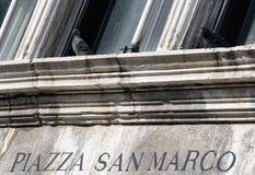 Отправьте СМС аркада Сан Marco и голуби в Венеции, Италии Стоковое Изображение
