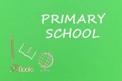 Отправьте СМС начальная школа, миниатюры школьных принадлежностей деревянные на зеленой предпосылке Стоковое Изображение RF