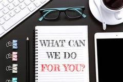 Отправьте СМС что может мы сделать для вас на предпосылке белой бумаги/концепции дела Стоковое фото RF