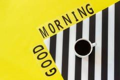 Отправьте SMS доброму утру, чашке кофе на стильной черно-белой салфетке на желтой предпосылке Минимальный стиль Доброе утро конце стоковое фото rf