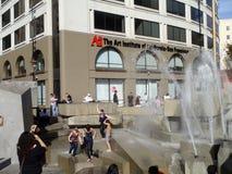 отпразднуйте вентиляторы гиганты фонтана скачут к стоковая фотография