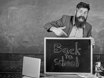 Отпразднуйте день знания Учитель или воспитатель приветствуют надпись назад к школе задняя школа, котор нужно приветствовать учит стоковое фото rf